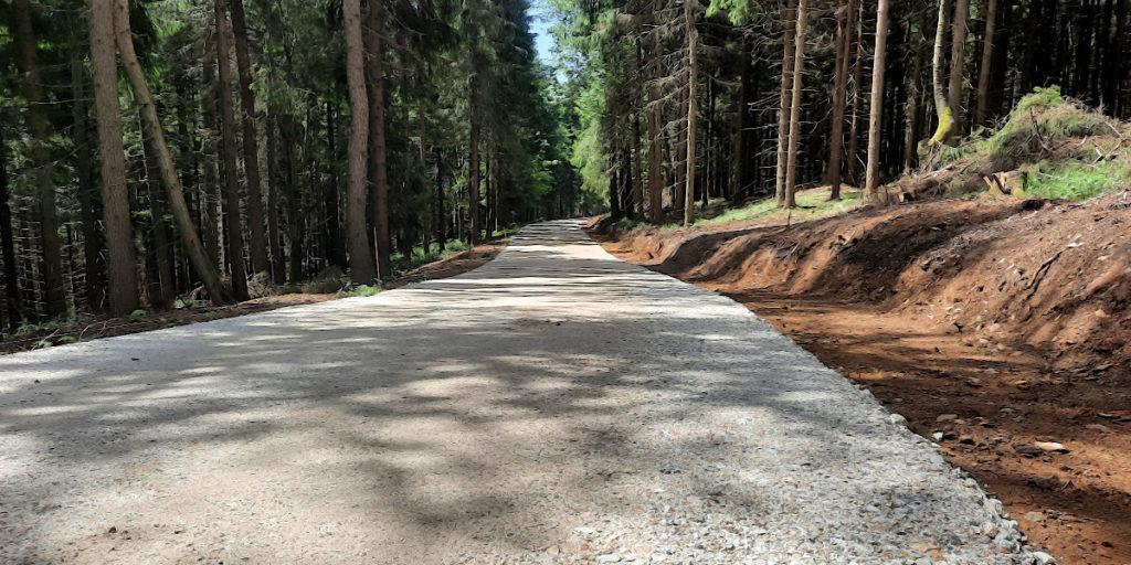Waldwegneubau mit Hilfe von Schottertragschicht